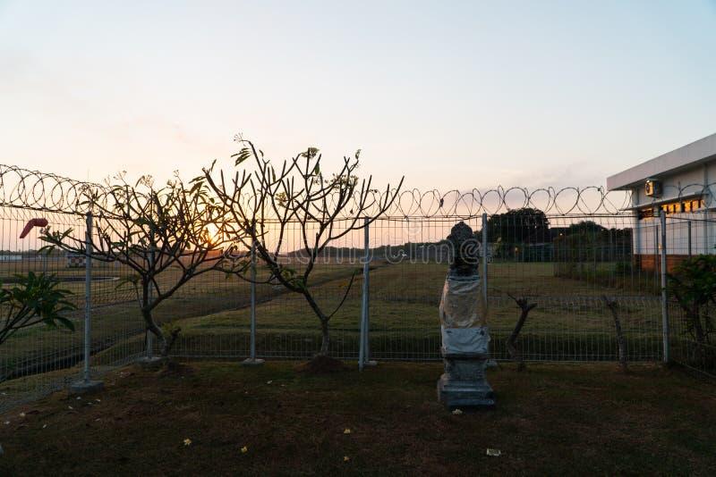 Il mattino si alba in un luogo circondato da guardrail a spillo C'è un luogo di culto per gli indù in una vasta area di immagine stock libera da diritti