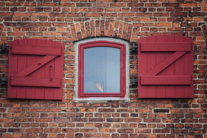 Il mattone rosso con una finestra antiquata fotografia stock libera da diritti