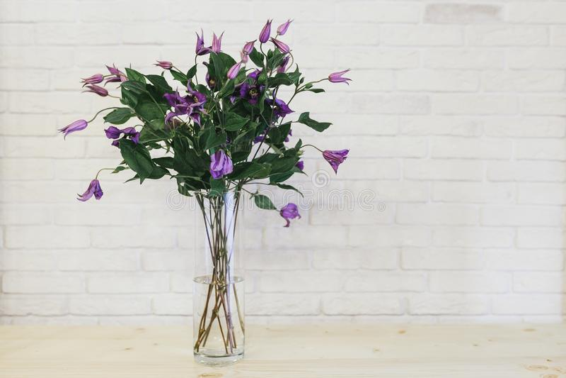 Il mazzo dei fiori lilla delicati si chiude su fotografia stock