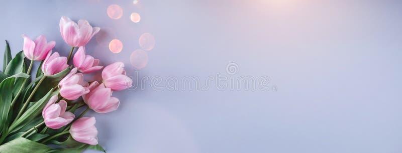 Il mazzo dei tulipani rosa fiorisce sopra fondo blu-chiaro Cartolina d'auguri o invito di nozze fotografia stock libera da diritti