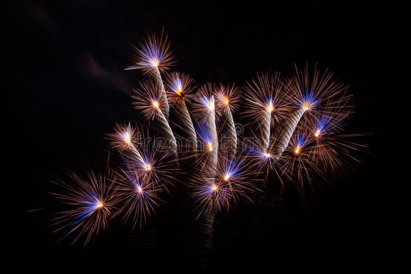 Il mazzo del fuoco d'artificio riempie il cielo fotografia stock