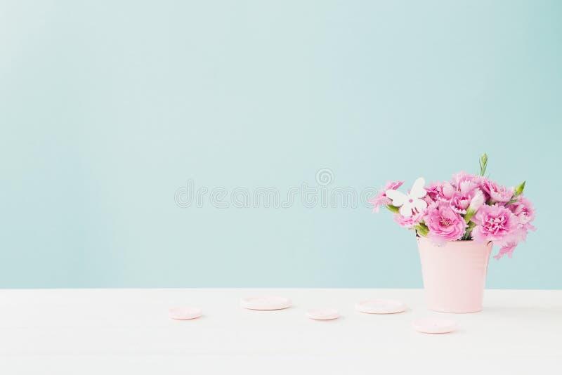 Il mazzo del garofano rosa fiorisce in vaso su fondo rosa Spazio vuoto per testo immagini stock libere da diritti