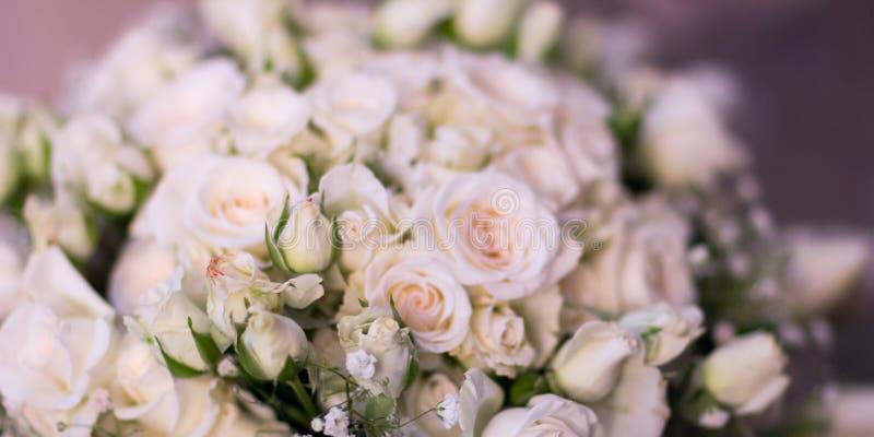 Il mazzo del ` s della sposa, le rose bianche, i tulipani, i fiori delicati, l'uso come fondo o la struttura, colori pastelli mor fotografia stock