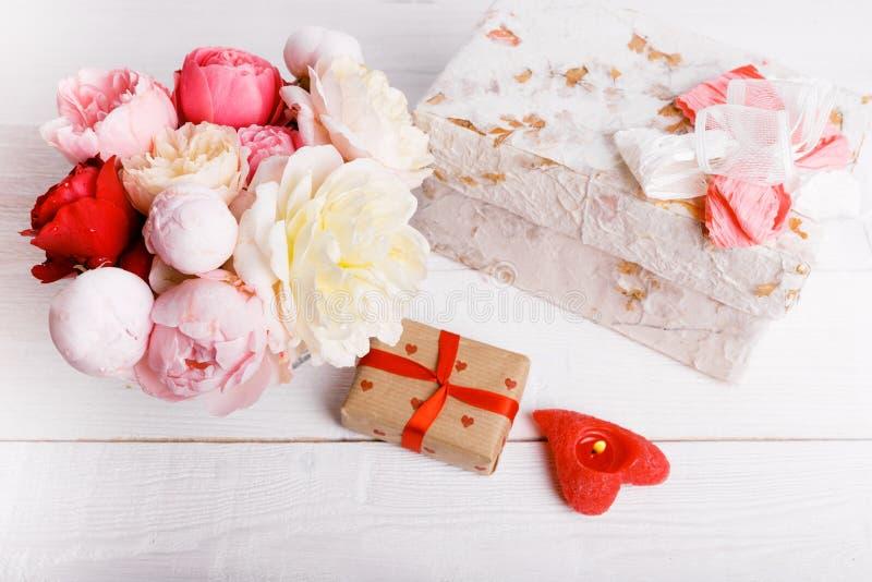 Il mazzo dell'inglese è aumentato in vaso, regalo, candele rosse sotto forma di cuore, nastro Cartolina d'auguri, invito nei colo fotografia stock libera da diritti