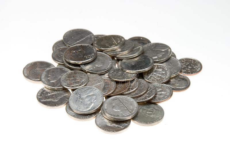 Il mazzo della moneta da dieci centesimi di dollaro e del nichel ha isolato immagini stock
