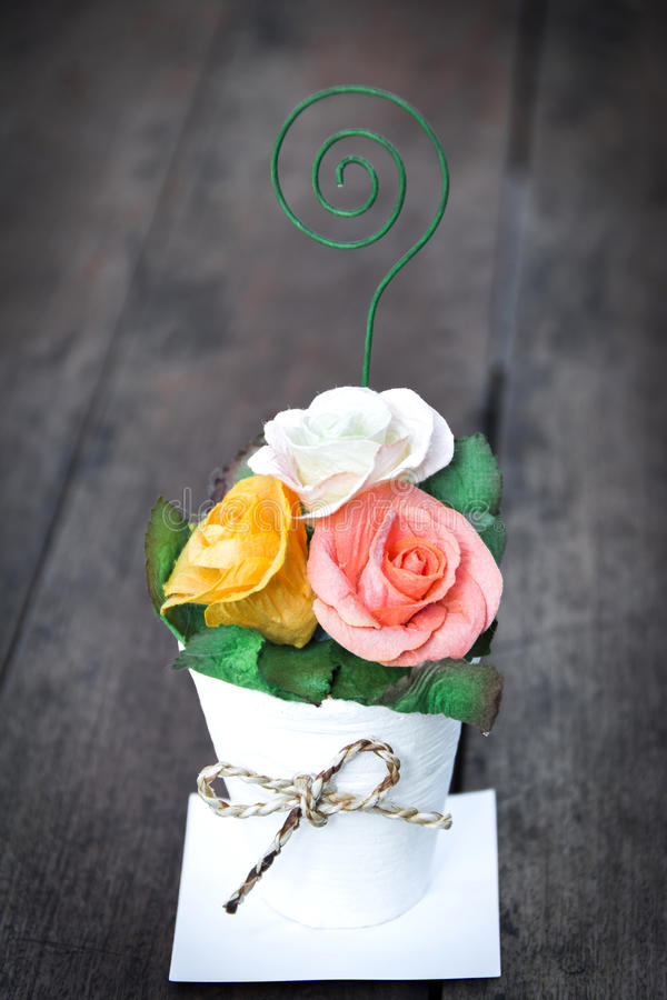 Il mazzo di carta è aumentato in vaso, stile d'annata fotografia stock libera da diritti