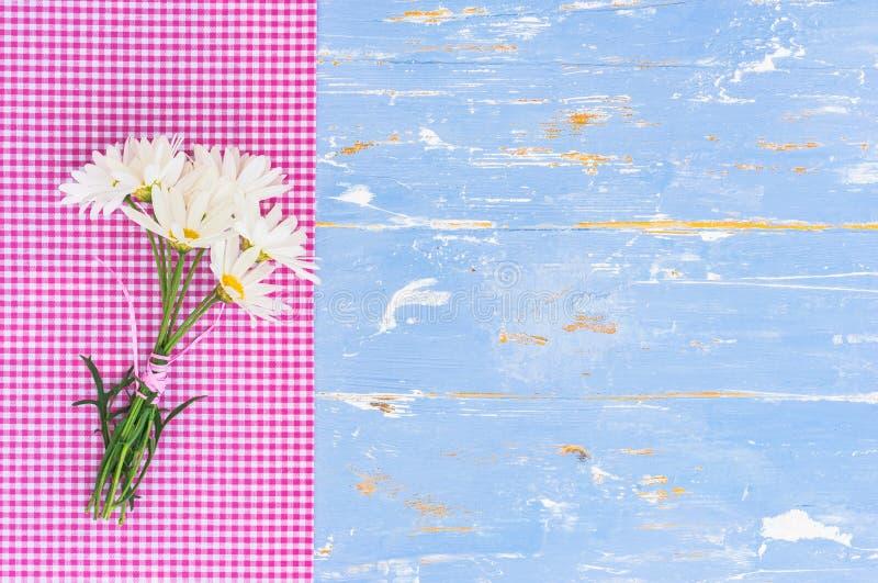 Il mazzo di margherita della camomilla fiorisce su legno blu-chiaro d'annata a stile country fotografia stock