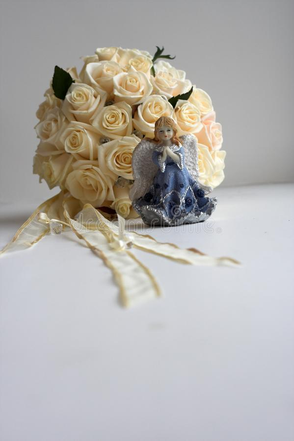 Il mazzo rotondo della sposa sulla tavola nella stanza immagini stock