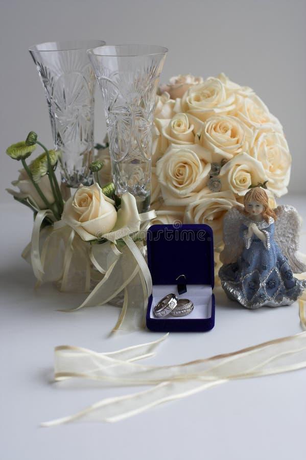 Il mazzo rotondo della sposa sulla tavola nella stanza fotografia stock libera da diritti