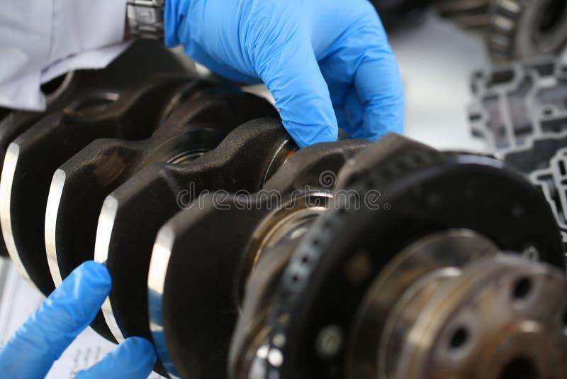 Il meccanico del centro di servizio per la riparazione del motore considera fotografie stock