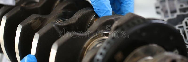 Il meccanico del centro di servizio per la riparazione del motore considera fotografia stock libera da diritti