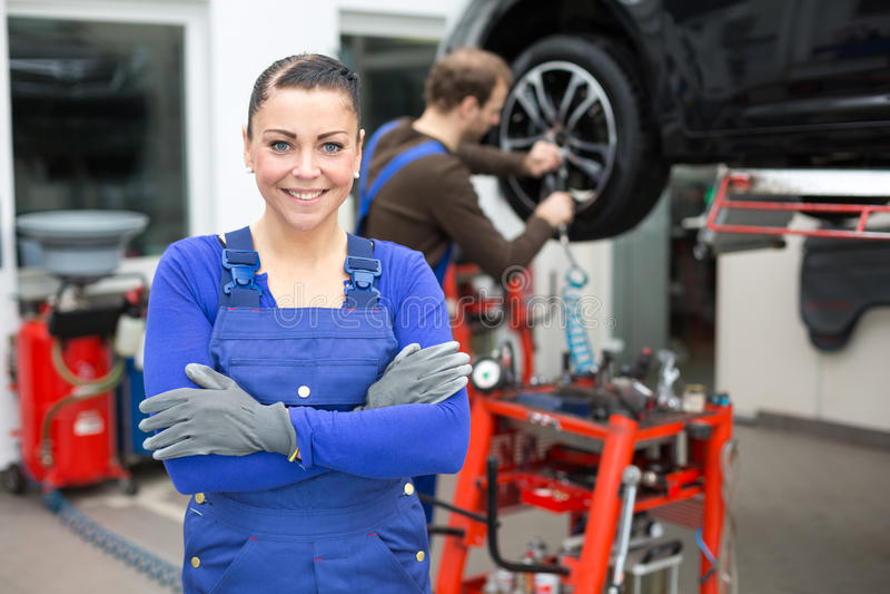 Meccanico femminile che sta in un garage immagine stock