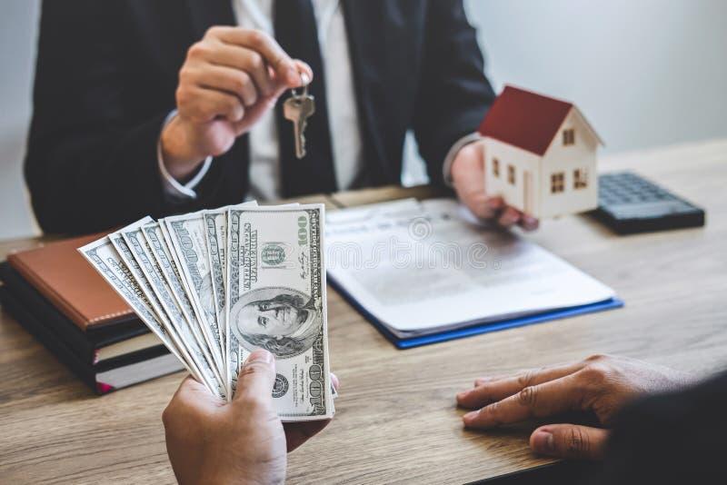 Il mediatore dell'agente immobiliare riscuote i fondi dal cliente dopo la firma del bene immobile del contratto di accordo con la fotografie stock libere da diritti