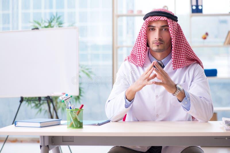Il medico arabo che lavora nella clinica fotografia stock