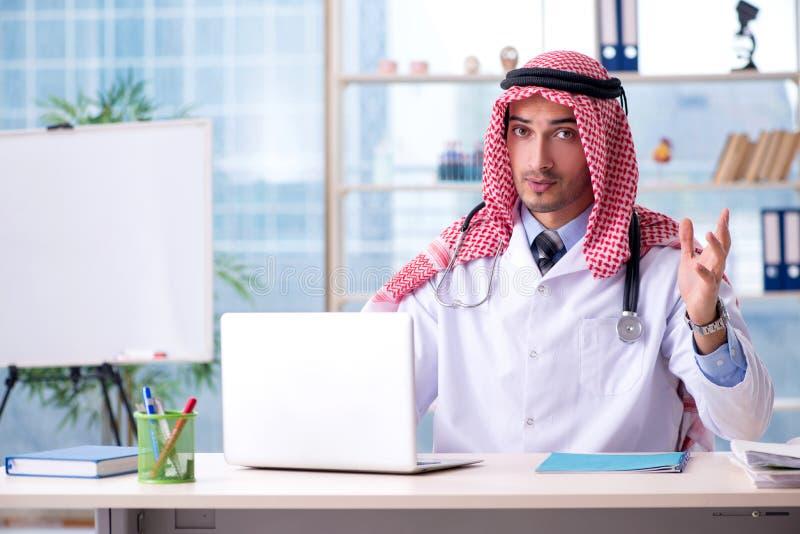 Il medico arabo che lavora nella clinica fotografia stock libera da diritti