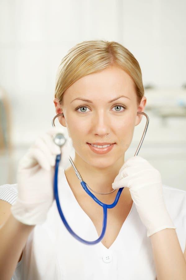 Il medico con uno statoscope fotografia stock