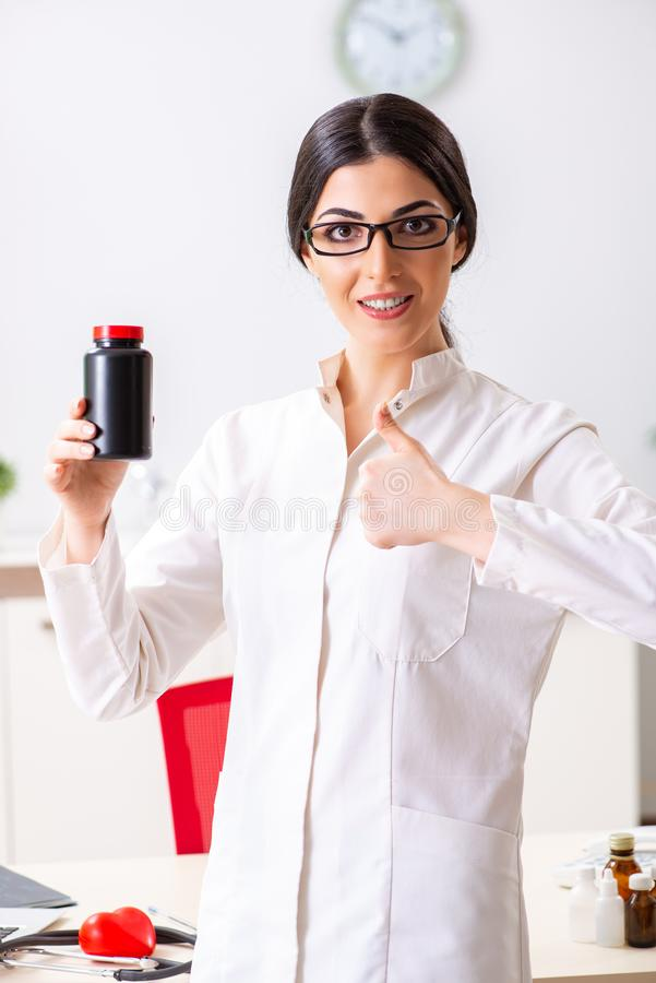 Il medico della donna con la bottiglia delle medicine fotografie stock