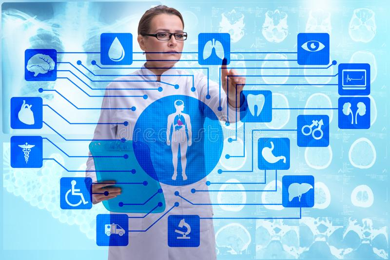 Download Il Medico Della Donna Nel Concetto Futuristico Di Telemedicina Fotografia Stock - Immagine di futuro, diagnostics: 117976034