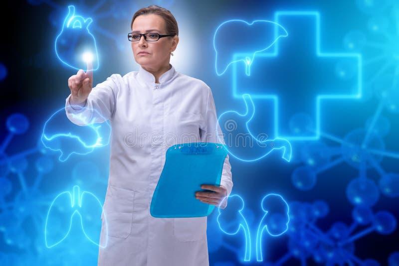 Download Il Medico Della Donna Nel Concetto Futuristico Di Telemedicina Fotografia Stock - Immagine di ospedale, calcolatore: 117976040