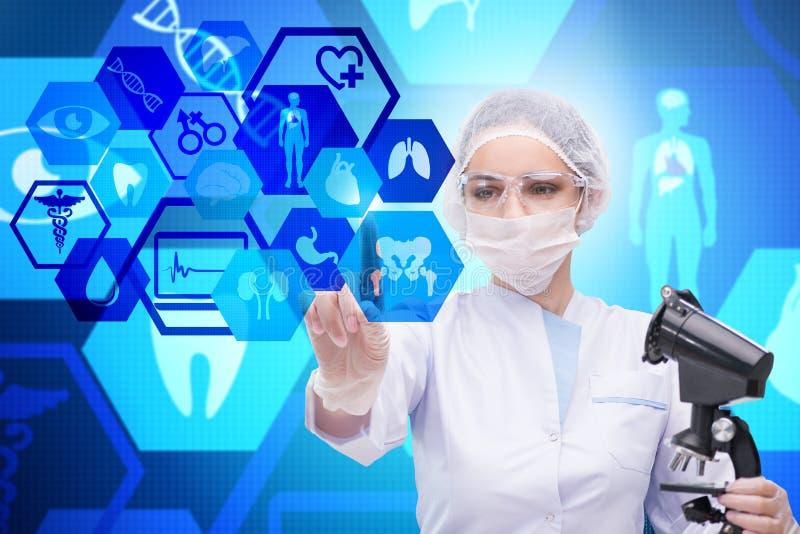 Download Il Medico Della Donna Nel Concetto Futuristico Di Telemedicina Immagine Stock - Immagine di medico, paziente: 117976251