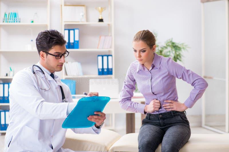 Il medico di visita paziente per l'esame in ospedale fotografie stock