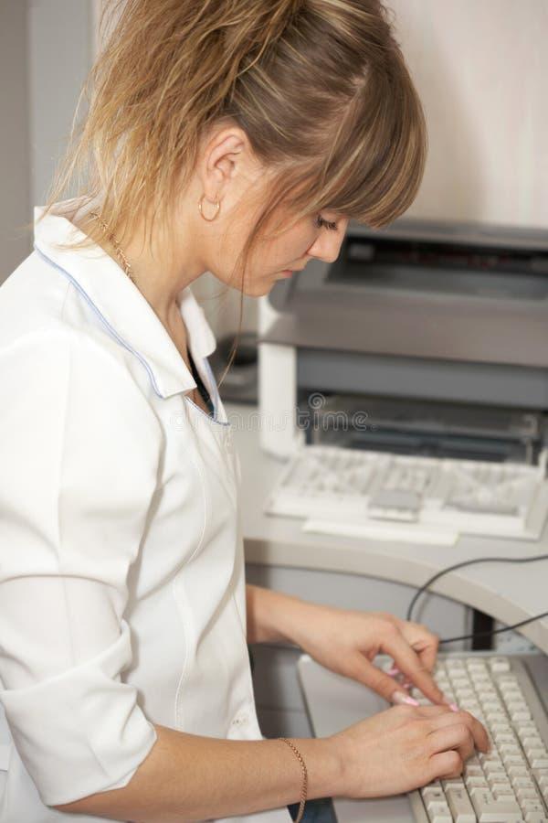 Il medico lavora al calcolatore immagini stock