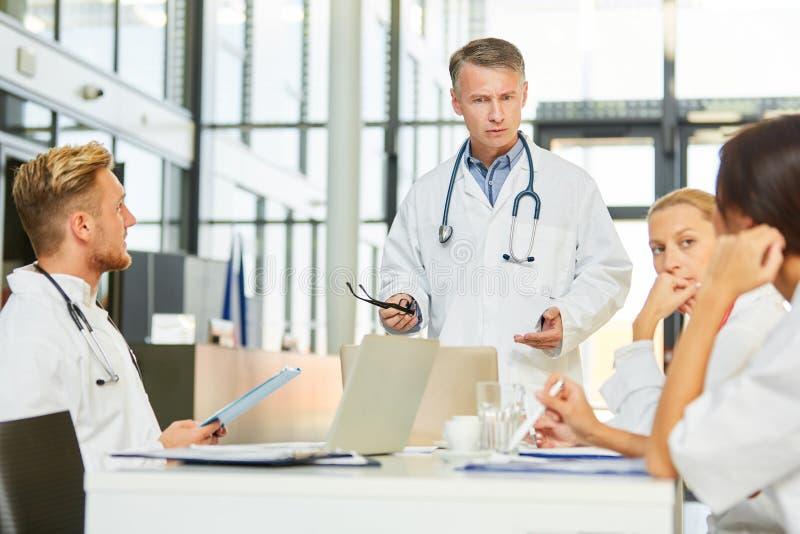 Il medico senior d? la presentazione nel seminario per addestramento avanzato immagine stock