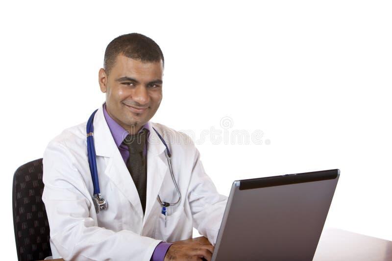 Il medico sta lavorando al computer portatile del calcolatore in ufficio fotografia stock libera da diritti