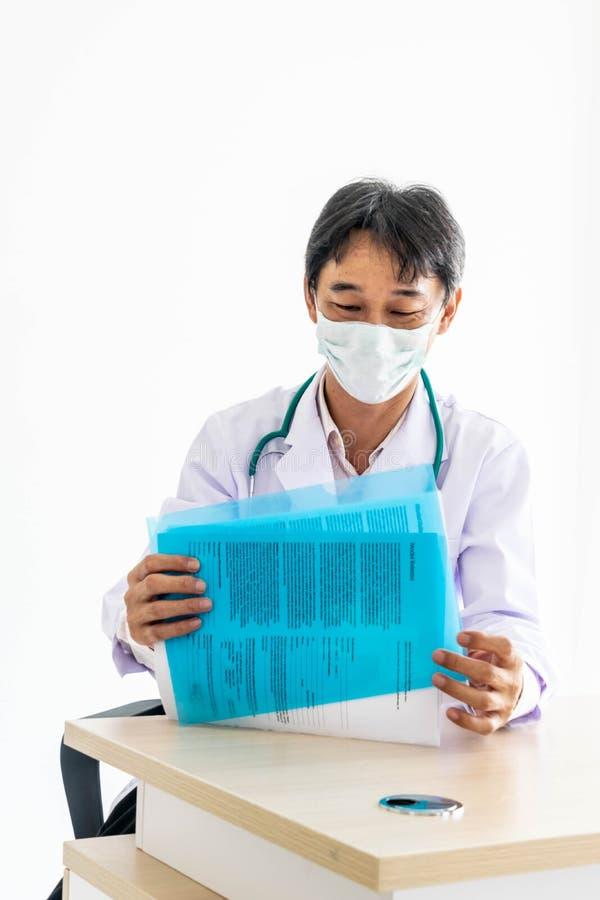 Il medico sta osservando il rapporto fotografia stock