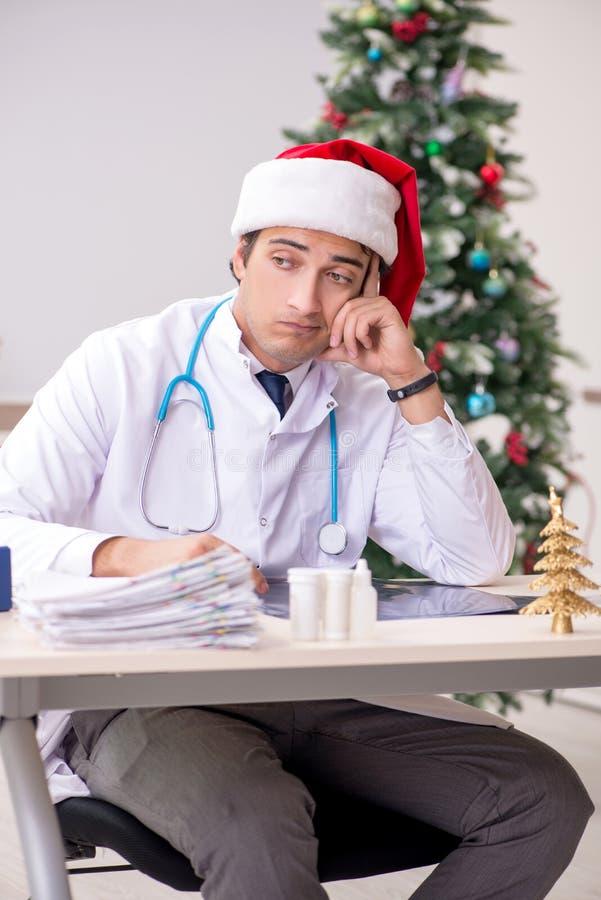 Il medico sullo spostamento sulla notte di Natale fotografia stock libera da diritti