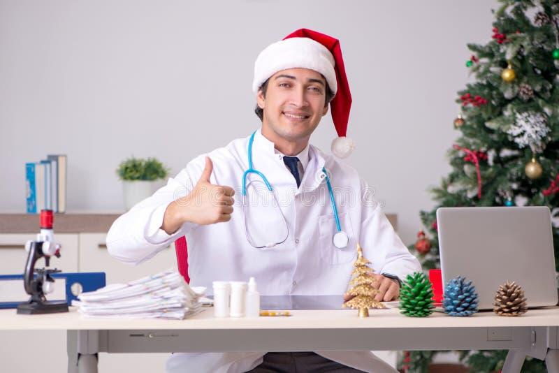 Il medico sullo spostamento sulla notte di Natale immagine stock