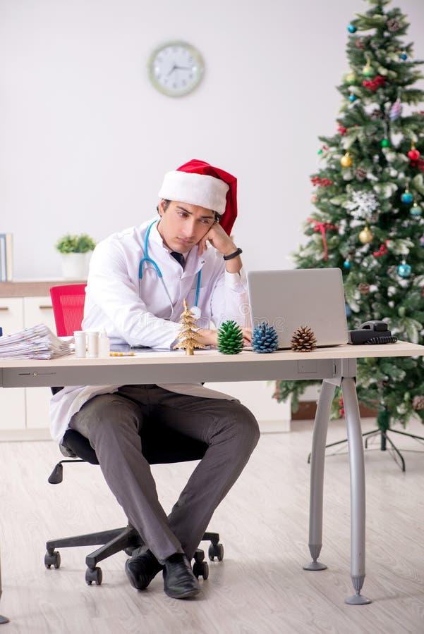 Il medico sullo spostamento sulla notte di Natale immagini stock