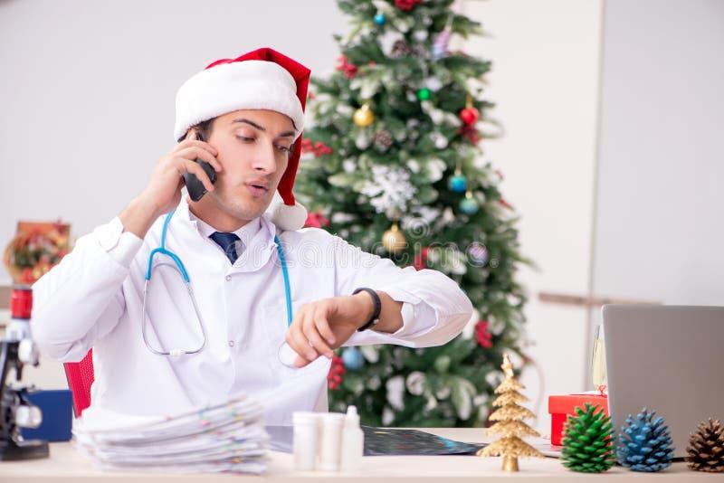 Il medico sullo spostamento sulla notte di Natale immagini stock libere da diritti
