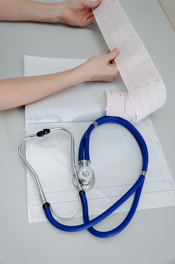Il medico tiene un encefalogramma di un paziente in buona salute immagine stock