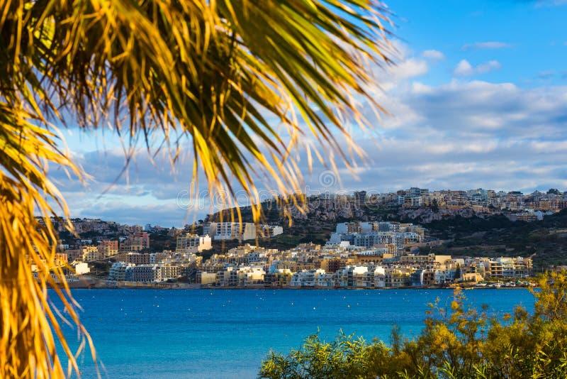 IL-Mellieha, Μάλτα - φοίνικας και εγκαταστάσεις στον κόλπο Mellieha στοκ εικόνες με δικαίωμα ελεύθερης χρήσης