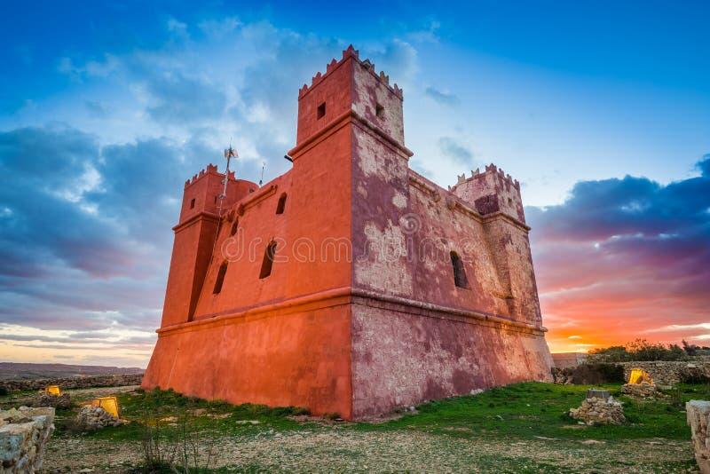 Il-Mellieha Malta - det berömda tornet för ` s för St Agatha eller rött torn på solnedgången royaltyfri bild