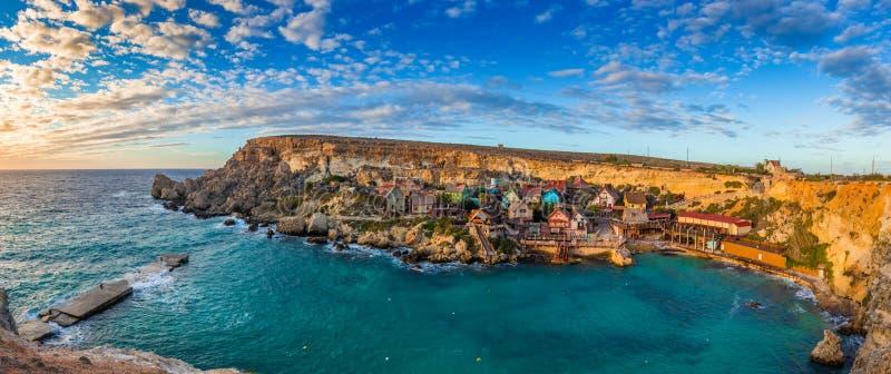IL-Mellieha, Malta - opinión panorámica del horizonte del pueblo famoso de Popeye en la bahía del ancla fotografía de archivo