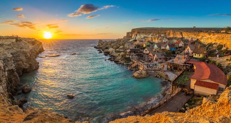 Il-Mellieha Malta - panoramautsikt av den berömda Popeye byn på ankarfjärden arkivfoton