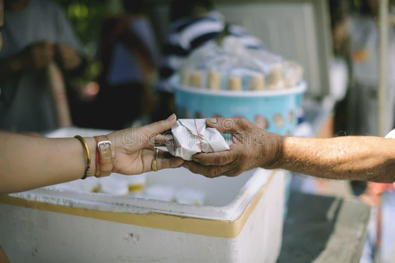 Il mendicante sta aspettando l'alimento dall'aiuto della carità: il concetto di supplica e di fame: I problemi di fame del povero immagini stock