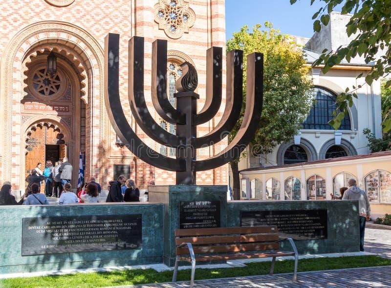 Il Menorah che sta all'entrata al corallo della sinagoga nella città di Bucarest in Romania immagini stock libere da diritti