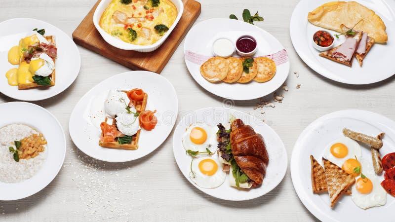 Il menu della prima colazione dei piatti differenti delle uova fritte immagini stock