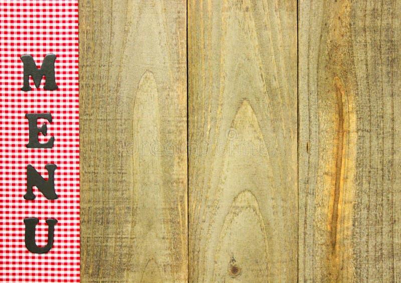 Il MENU a quadretti rosso rasenta il segno di legno rustico fotografie stock libere da diritti