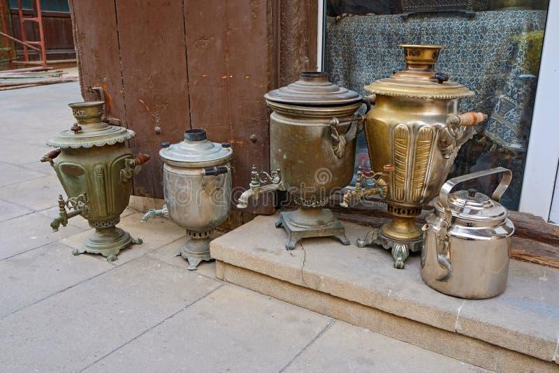 Il mercato di strada degli oggetti e delle arti antichi in una parte storica di Bacu, Azerbaigian fotografia stock