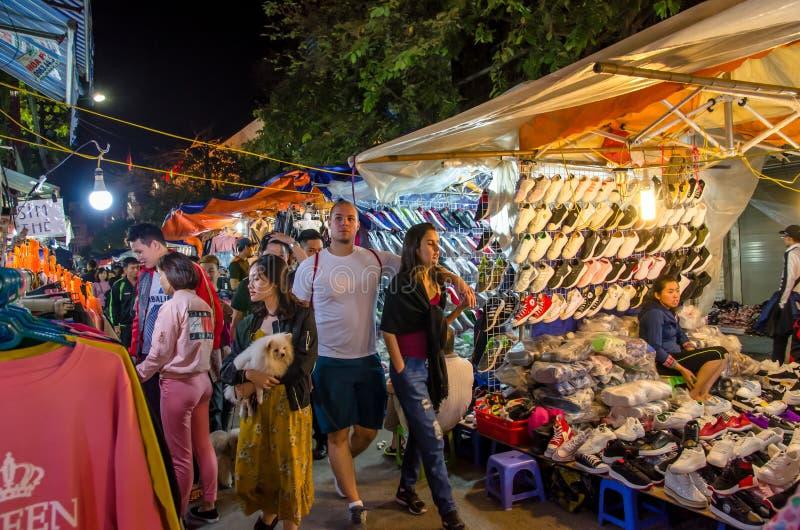 Il mercato di strada di notte nel vecchio quarto di Hanoi, la gente può l'esplorazione veduta intorno  immagini stock libere da diritti