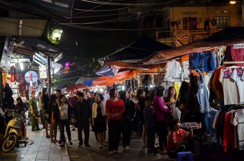 Il mercato di strada di notte nel vecchio quarto di Hanoi, la gente può l'esplorazione veduta intorno  immagine stock libera da diritti