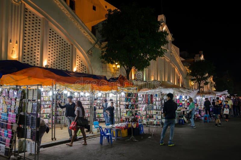 Il mercato di strada di notte nel vecchio quarto di Hanoi, la gente può l'esplorazione veduta intorno  fotografia stock