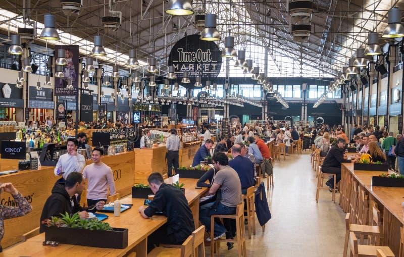 Il mercato Lisbona (Mercado precedente da Ribeira del Time Out a Cais) è un corridoio dell'alimento situato a Lisbona, Portogallo fotografia stock libera da diritti
