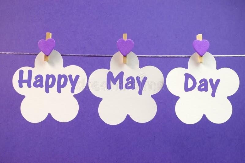 Il messaggio felice di saluto di festa dei lavoratori scritto attraverso le carte del fiore bianco con Purple Heart al valor milit immagine stock libera da diritti