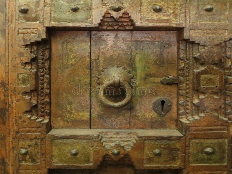 Il messicano anziano ha scolpito il pannello di legno con la maniglia martellata del metallo fotografie stock libere da diritti