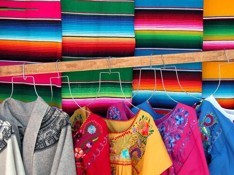 Il messicano wooven i sarapes ed i vestiti immagini stock libere da diritti
